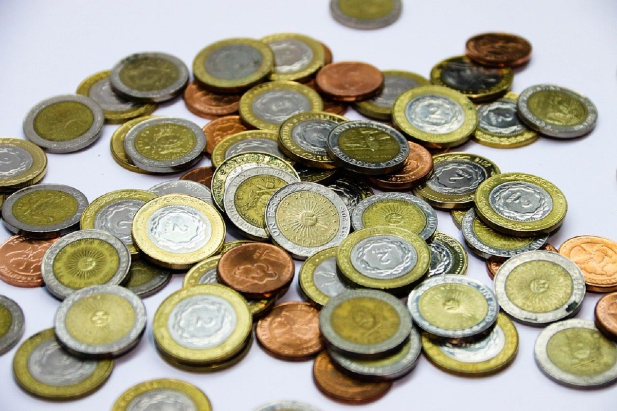 Denuncian que intentan pasar monedas de 2 pesos como si fueran de 2 euros en España