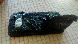 Le explotó el celular en su mano mientras dormía: Me desperté en llamas