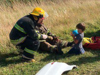 la conmovedora imagen de un bombero con un nene tras un violento accidente