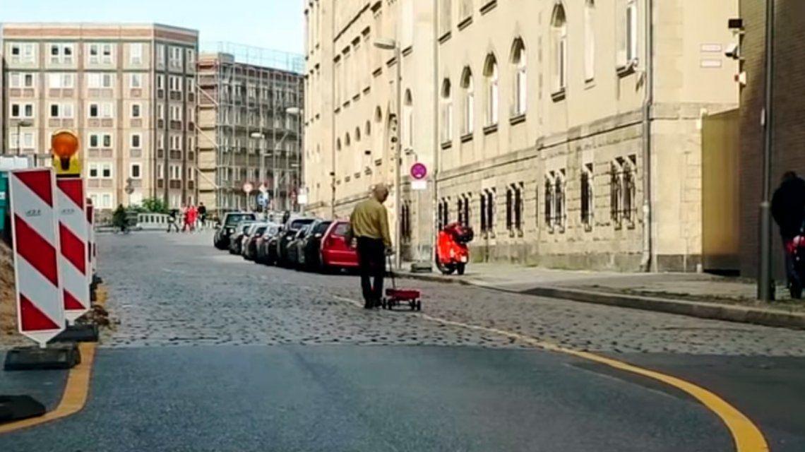 Artista del engaño: circuló por Berlín con 99 celulares y logró confundir a Google Maps