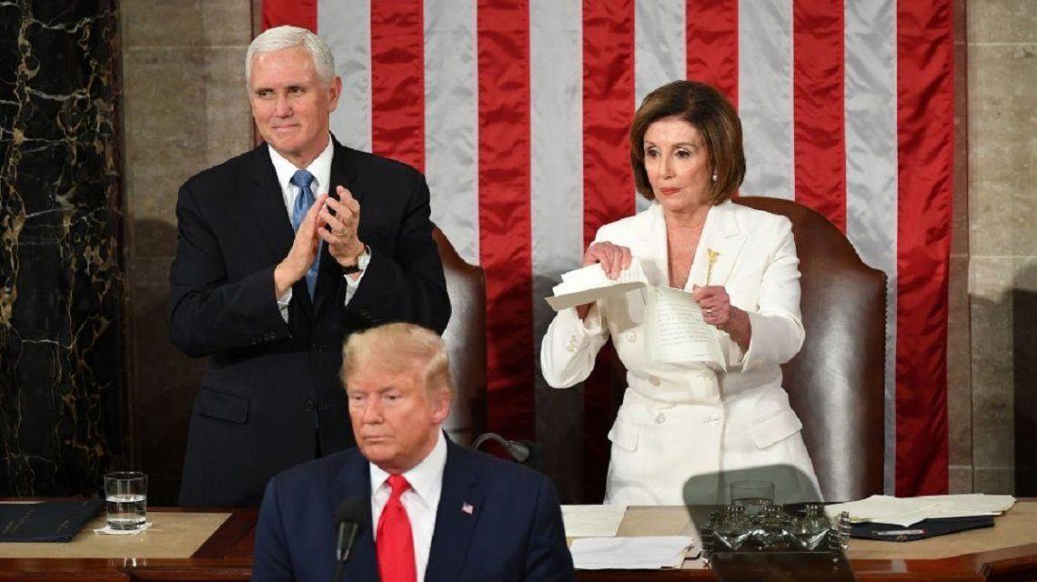 Donald Trump flanqueado por Mike Pence y Nancy Pelosi
