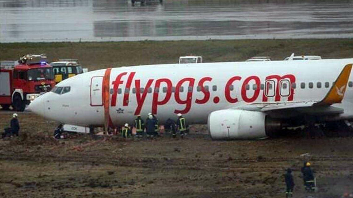 Pánico en Turquía: un avión despistó, se incendió y se partió en dos
