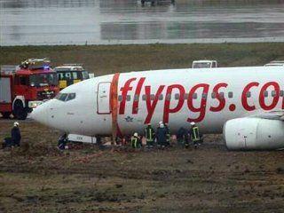 panico en turquia: un avion despisto, se incendio y se partio en dos