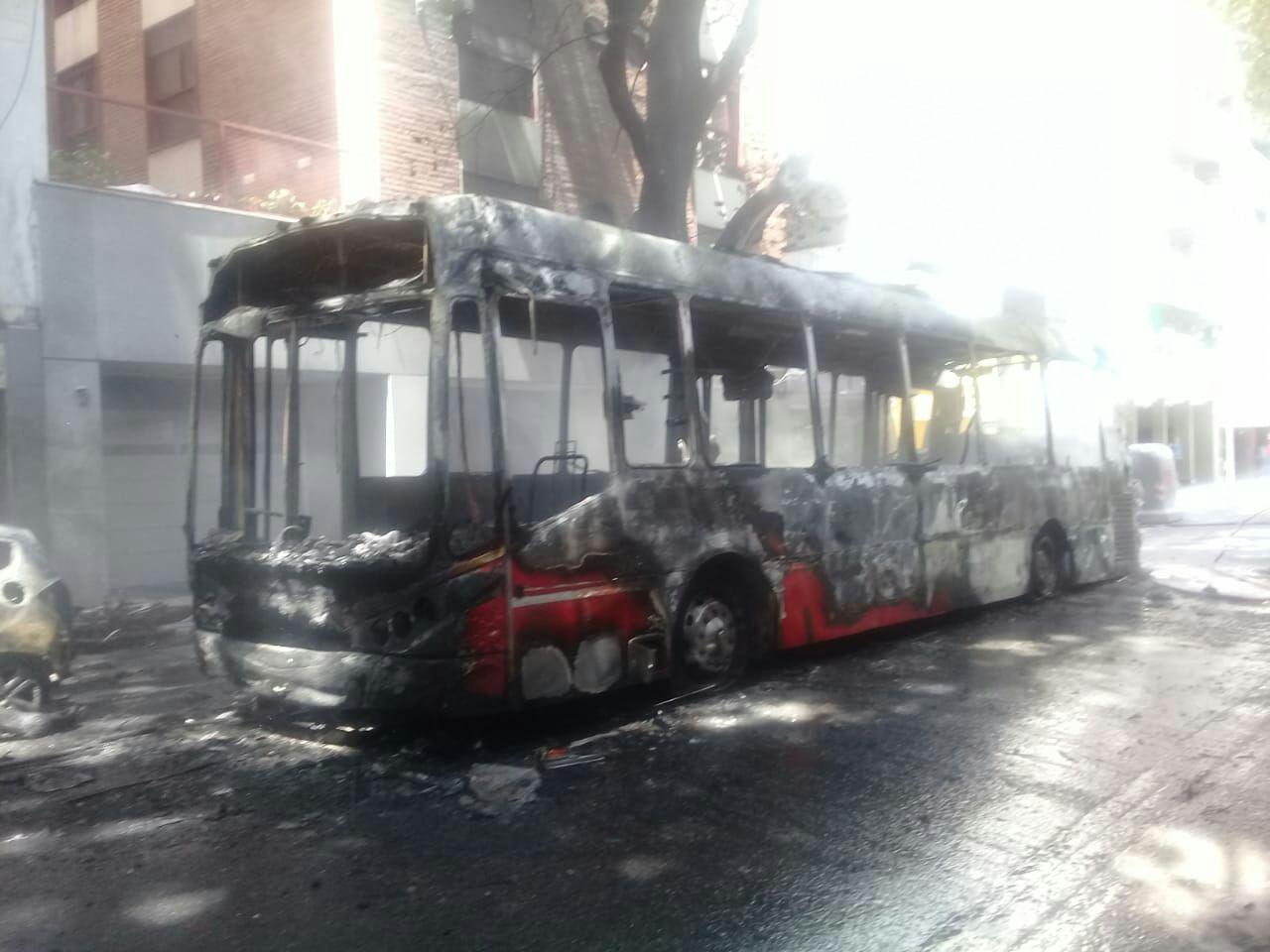 Un colectivo se incendió, pero los pasajeros lograron escapar de las llamas a tiempo