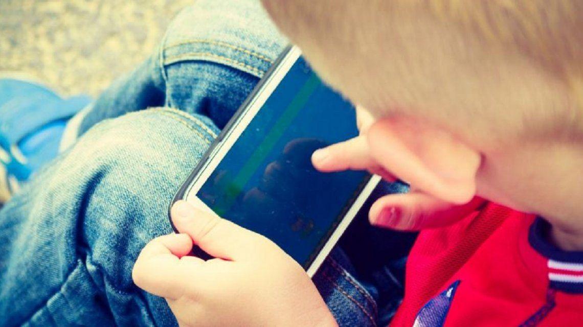 Argentina, el país de la región en el que los chicos tienen un celular más temprano