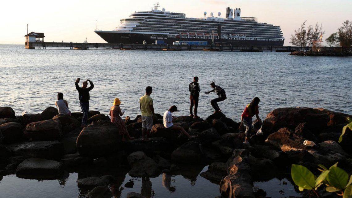 Coronavirus: un crucero rechazado por 5 países finalmente desembarcó en Camboya con 5 argentinos a bordo