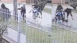 La interceptaron dos motochorros, intentó defenderse, pero le robaron el celular