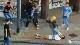Una mujer noqueó a otra y le pateó la cabeza cuando estaba caída en el piso