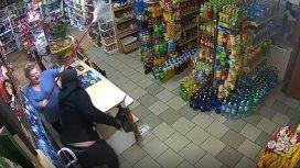 Un ladrón quiso robar en su local armado: lo echó con su lampazo