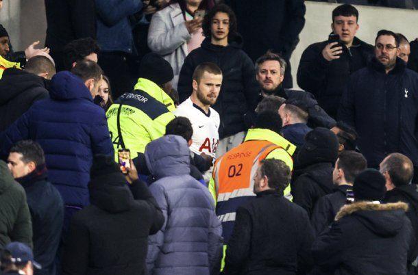 Eric Dier del Tottenham cara a cara con los hinchas