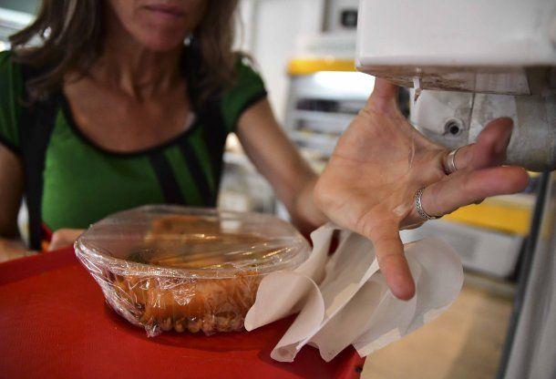 Recomiendan el uso de alcohol o alcohol en gel para higienizarse después del lavado de manos con agua y jabón antes de comer por el coronavirus