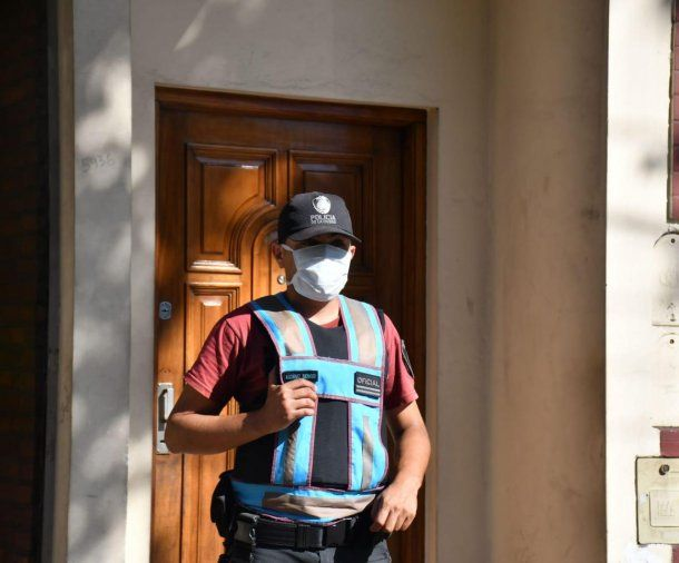 La Policía de la Ciudad implantó una consigna en la puerta de la casa de la mujer que no quiso cumplir con la cuarentena