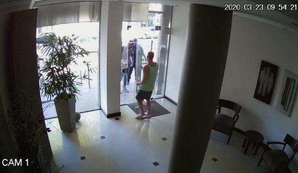 Violó la cuarentena: la cámaras muestran a un hombre recibiendo albañiles el lunes 23 y martes 24