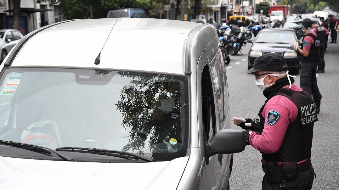 Policía de la Ciudad lleva a cabo controles policiales solicitando permisos especiales para circular durante el aislamiento