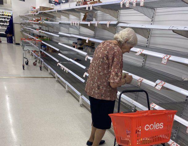 El desabastecimiento como consecuencia de las compras en exceso durante la cuarentena por coronavirus: una anciana llora al ver la góndola vacía de un supermercado al que fue a comprar
