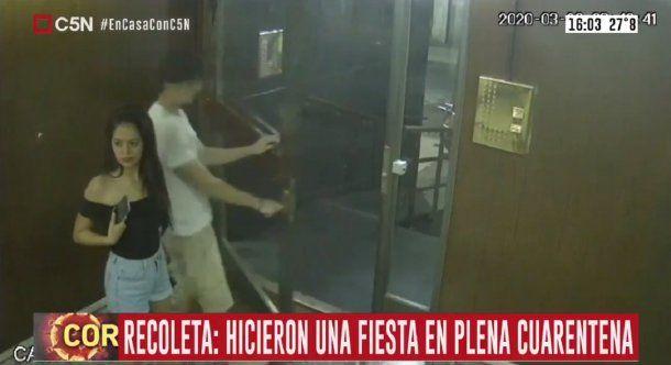 Imágenes de la cámara de seguridad del edificio de Recoleta donde los estudiantes realizaron la fiesta.