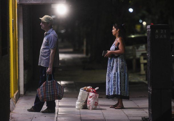 Por el aislamiento social hay largas colas en los comercios de venta de alimentos