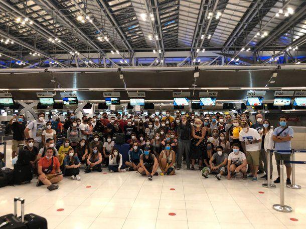 Este grupo se disponía a subir al avión cuando la aerolínea les avisó que no podían embarcar y que quedaban varados en Tailandia porque Brasil cerró sus fronteras, la escala para luego llegar a la Argentina.