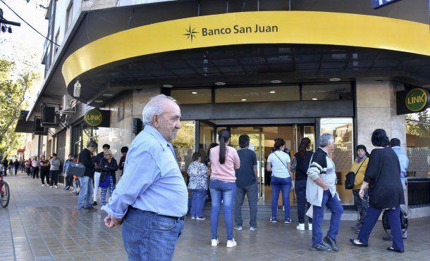 San Juan: largas colas de jubilados, pensionados y beneficiarios de planes sociales
