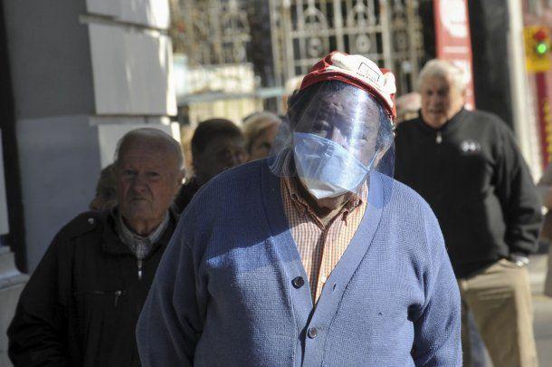 Un hombre se cubre con una máscara casera en La Plata