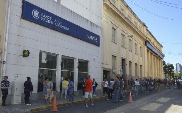 Extensa hilera en Paraná, Entre Ríos, en el primer día de atención desde que se decretó la cuarentena