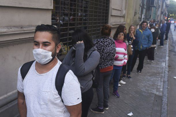 Una extensa fila de beneficiarios de asignaciones y jubilados en Rosario