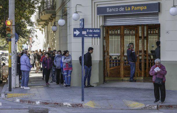 En La Pampa, el banco provincial recibió una nutrida cantidad de clientes en la reapertura de la sucursar tras decretarse la cuarentena