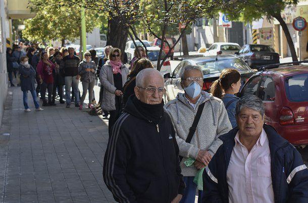 Bahía Blanca: un jubilado con barbijo fue a cobras sus haberes en el primer día de atención desde que se decretó la cuarentena