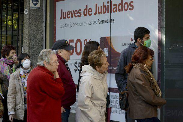 """El presidente Alberto Fernández calificó como """"inadmisibles"""" a las largas colas de jubilados en los bancos de todo el país del viernes"""