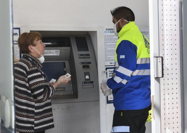 Los bancos reabren sus puertas en medio de la cuarentena