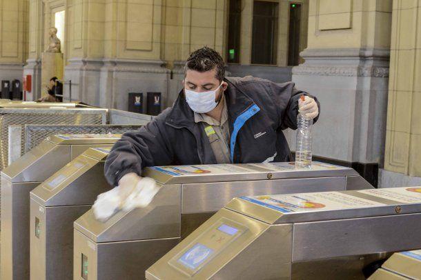 Intensos controles en las estaciones de trenes durante la cuarentena por la pandemia de coronavirus