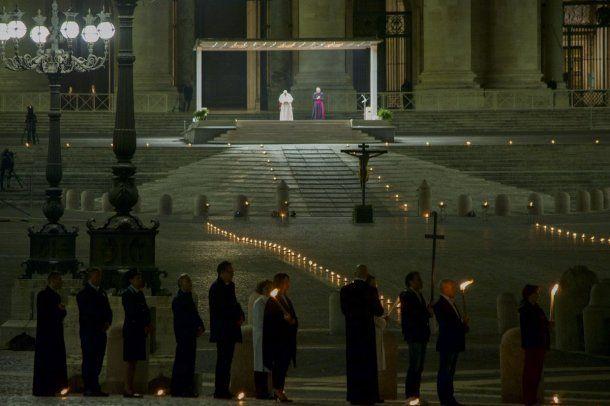 El Papa Francisco celebra las ceremonias del Viernes Santo ante una Basílica de San Pedro y una plaza vacía