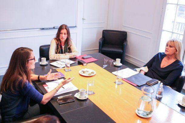 Elizabeth Gómez Alcorta junto a Sabina Frederic: la ministra de Mujeres advirtió que la tasa de femicidios permanece estable mientras otros delitos bajaron durante la cuarentena