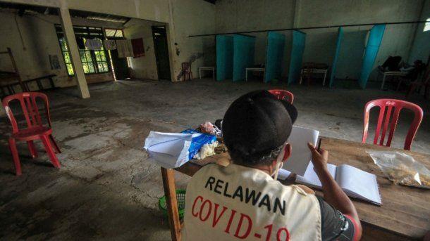 Un pueblo de Indonesia  encierra en casa