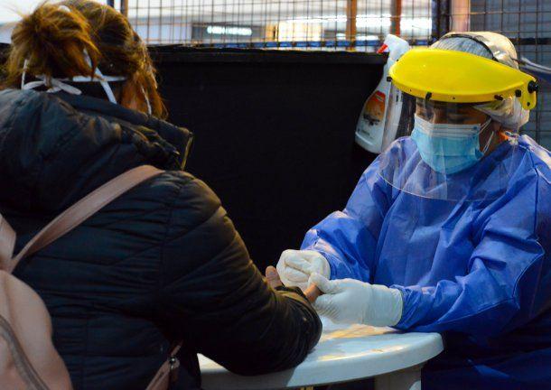 Tres de cada diez testeos a porteños por coronavirus dan positivo