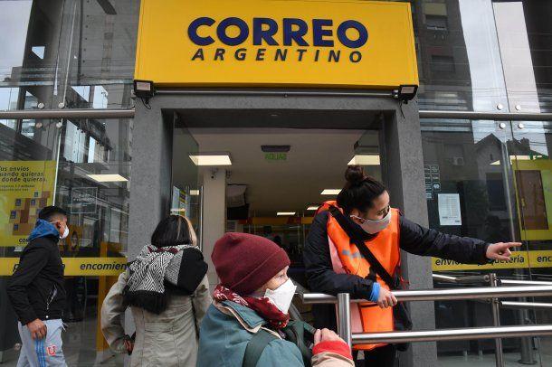 Los beneficiarios del IFE, el Ingreso Familiar de Emergencia, que no están bancarizados lo cobran a través del Correo Argentino