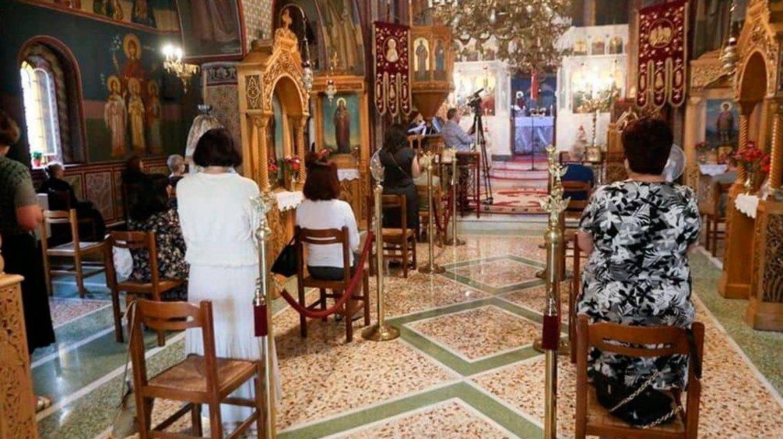 Coronavirus: en Grecia volvieron las misas y comulgaron todos de la misma cuchara