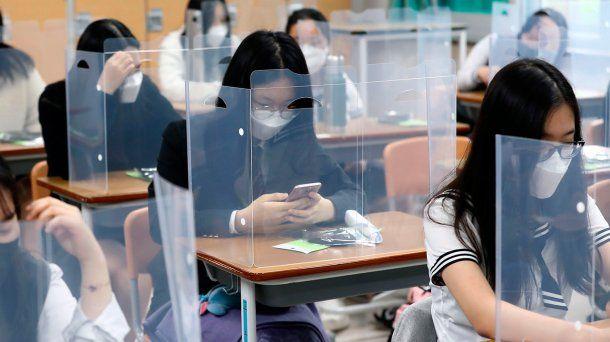 Educación: en Corea del Sur colocaron plásticos entre los pupitres