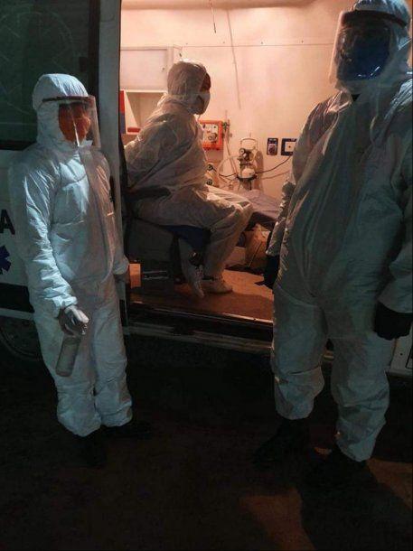 La empleada fue tedenida y trasladada a un centro de salud para el hisopado y aislamiento.