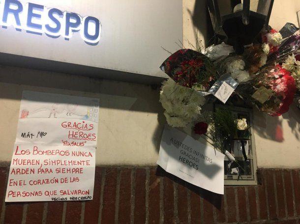 Homenaje a los bomberos de Villa Crespo muerto en el incendio - Crédito: Luciana Carossia