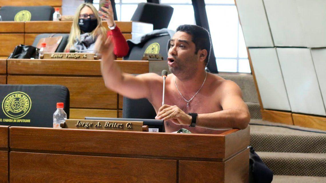 Un diputado paraguayo enfurecido se sacó la camisa en plena sesión en el Congreso