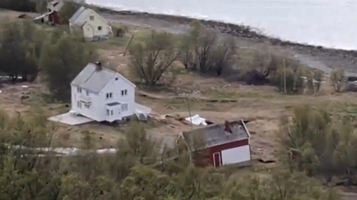 Impresionante: un desplazamiento de tierra arrastró varias casas hacia el mar en Noruega
