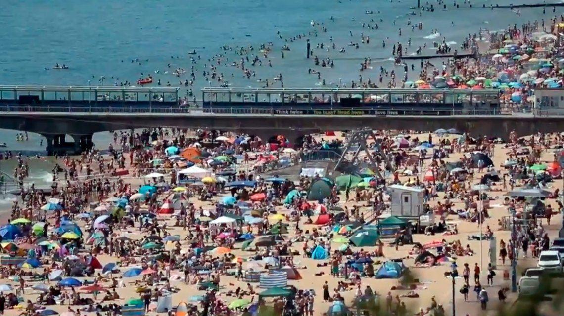 Reino Unido: miles de personas se juntaron en laplaya de Bournemouth pese a la pandemia