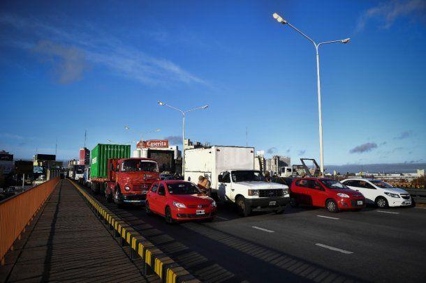 Ciudad: vehículos amontonados en Puente Pueyrredón en el primer día de cuarentena estricta
