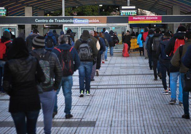 Solo los trabajadores esenciales o quienes tengan un permiso especial pueden circular en transporte público