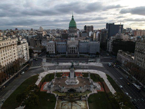 El Congreso, la plaza y avenida Rivadavia, más vacíos que nunca en el primer día de cuarentena estricta en la Ciudad