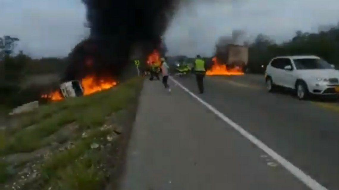 Tragedia en Colombia: explotó un camión que transportaba combustible y siete personas murieron calcinadas