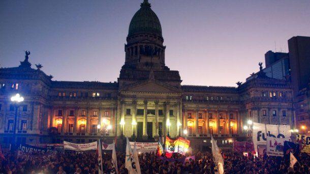 Imagen de las afueras del Congreso en la noche del 15 de julio de 2010 cuando la ley de matrimonio igualitario se aprobaba en el Senado. Foto NA