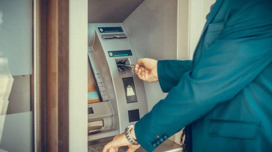 Se olvidó la tarjeta en el banco y el vigilador que la encontró se transfirió 65 mil pesos