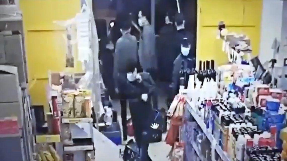 Ataque de la mafia china en La Plata: entraron a un supermercado y lo destrozaron a palazos
